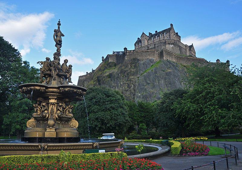 800px-Edinburgh_Castle_and_Ross_Fountain
